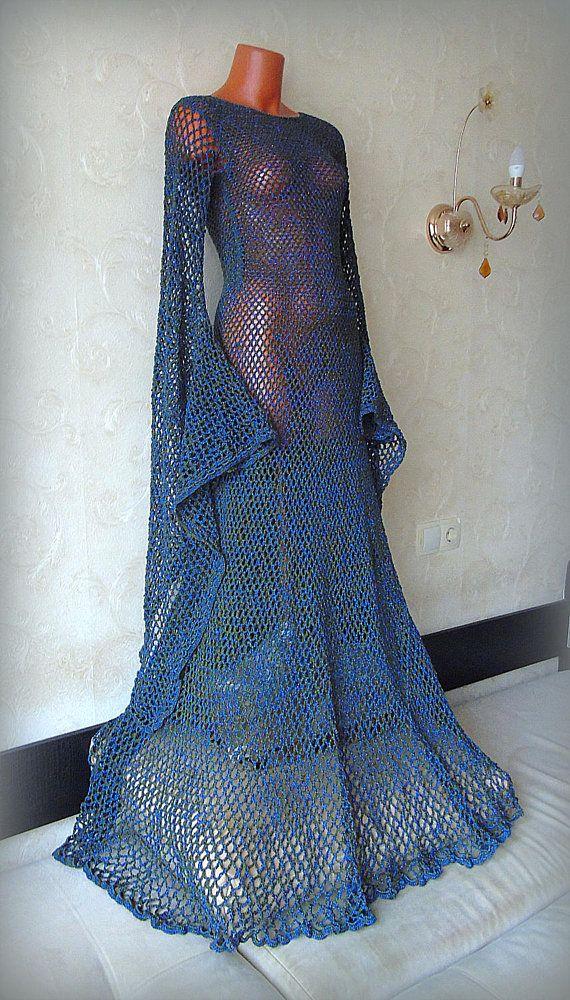 Abito medievale Woodland Fairy dress Empire Maxi Crochet Wedding Gown lungo manica rinascimentale Cosplay costumi Dark Green Elven abito abito Fatte su ordinazione. 5-7 settimane. Uncinetto fatto abito rinascimentale. Il vestito è alluncinetto da filati di cotone verde scuro e blu metallizzati. La parte posteriore del vestito ha legami del nastro per regolare il tuo corpo... Le maniche sono aperte e appendere elegante. Questo abito sarebbe fare un abito vestito o elfica di handfasting…