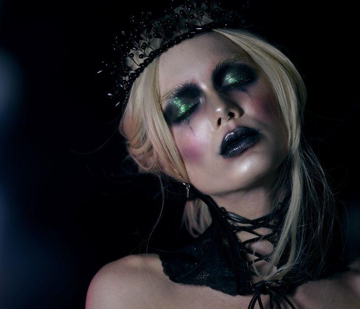 """*I samarbete med LH cosmetics  Oktober = halloweenmånad, och varför inte börja oktober med en halloweenlook som inte kräver massa specialeffekter mer än ett par linser, och """"vanligt"""" smink!  Bas/Base Danessa Myricks Vision cream cover N03 Danessa Myricks Prism FX LH cosmetics Infinity palette"""