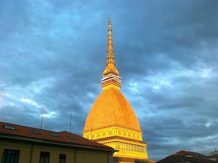 La Mole Antonelliana illuminata dal sole alle 17.05 di oggi, che spettacolo!   I love #Torino