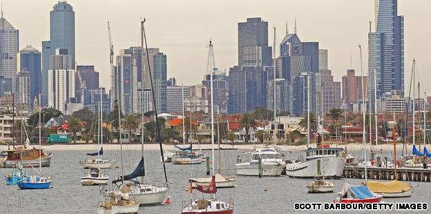 ✎ Dù không phải thủ đô nước Úc, Melbourne vẫn là trung tâm văn hóa lớn nhất, từng được bầu chọn là một trong những nơi đáng sống nhất trên thế giới. Đến thành phố có diện tích khiêm tốn này, bạn có thể tham dự các buổi biểu diễn âm nhạc đỉnh cao, vui chơi ở những quán bar sôi động, tham dự lễ hội, thăm các viện bảo tàng và nhiều hoạt động thú vị khác.  ∞ Cẩm nang du lịch Melbourne, Úc:   http://www.ivivu.com/blog/2013/02/cam-nang-du-lich-melbourne-uc/