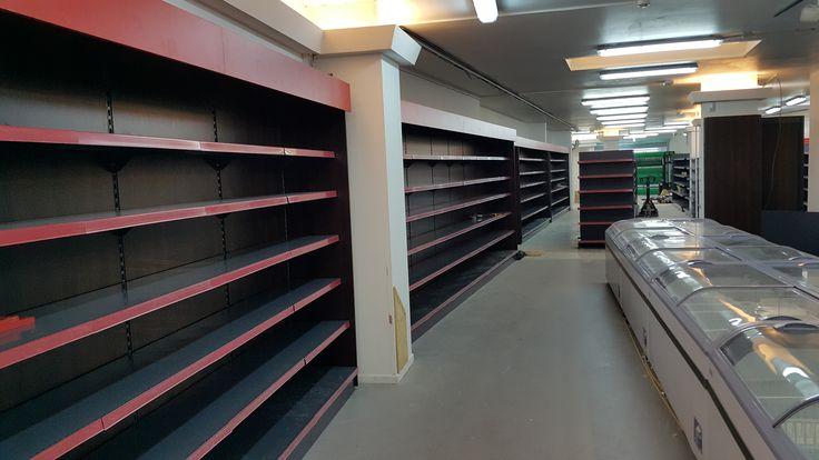 Regały sklepowe i zamrażarki sklepowe z agregatem wewnętrznym. Wyposażenie sklepu w Belgii w Antwerpii.