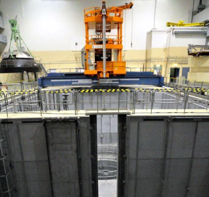 Dentro de un reactor nuclear | Fotogalería | El Viajero | EL PAÍS  La sala del reactor es un amplio espacio abierto donde se percibe realmente el tamaño del edificio principal. El de Zwentendorf nunca llegó a entrar en funcionamiento: con la central terminada y a punto para las pruebas de arranque (1976), los austriacos aprobaron por referéndum en 1978 una ley que impide la producción de energía electronuclear en el país.