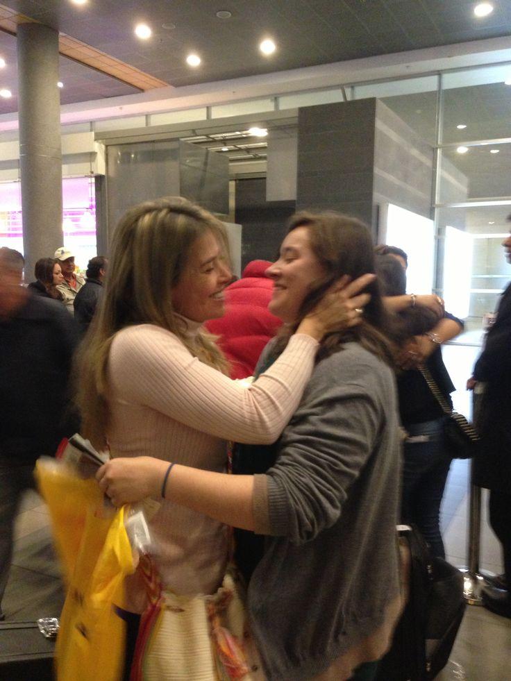 Encuentro en aeropuertos por interminables viajes de Esther y Nati
