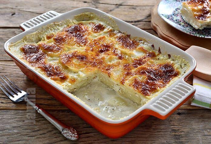 Cartofi gratinati la cuptor sau cartofi frantuzesti, o reteta nemaipomenita pentru iubitorii de cartofi. Este un preparat gustos si foarte potrivit