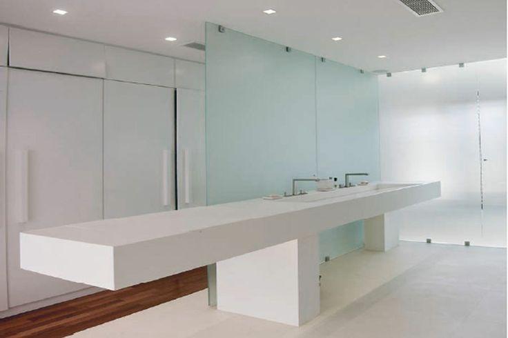salle de bain blanche avec très grand plan de travail , sol blanc