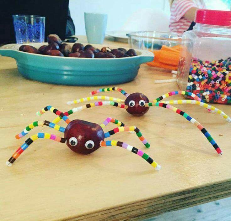 Spinnetjes van kastanjes met pootjes van chenille draad en strijkkralen
