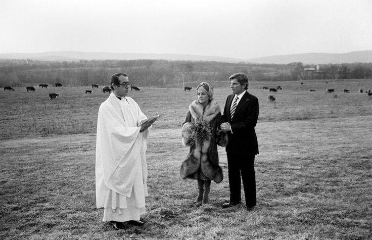 Septième mariage en 1976 avec John Warner http://www.vogue.fr/mode/inspirations/diaporama/les-robes-de-mariee-d-elizabeth-taylor/15351/image/846984#!sa-robe-de-mariee-avec-john-warner