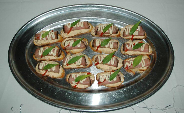Rare Beef Crostini w/ Garlic & Horseradish Cream #palmmeadows #canapes