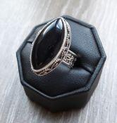 Zilveren ring gezet met ovale zwarte Onyx in bewerkte setting 17