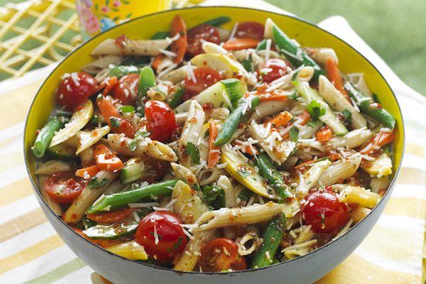 Cuire les pâtes dans une grande casserole selon le mode d'emploi sur l'emballage, sans ajouter de sel et en ajoutant les haricots à l'eau bouillante pendant les 2 dernières minutes de cuisson...