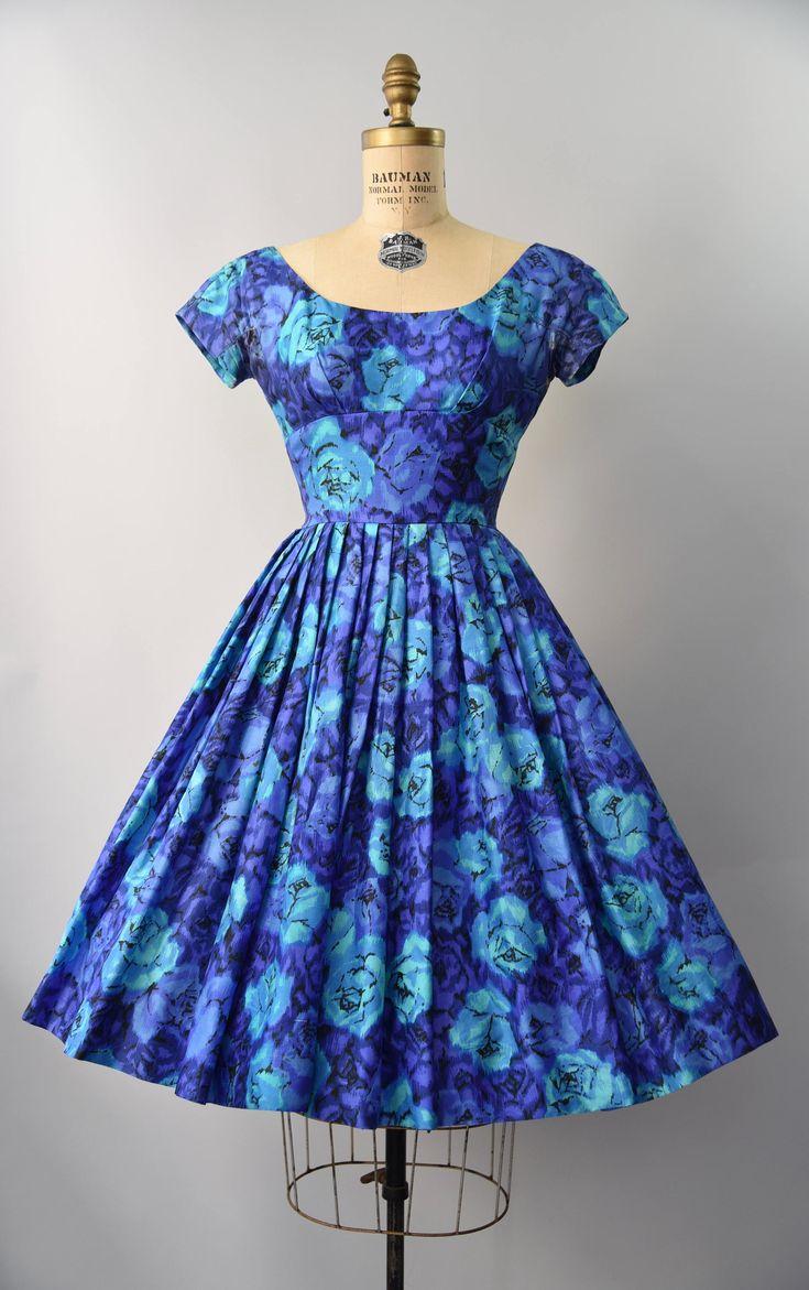 jaren 1950 blauw roze bloemen zijden jurk met taille gesmoord, zeer volledige gelaagde rok, boot hals, korte mouwen, grote strik op de rug die de lengte van de jurk en verborgen terug rits vertraagt. Bekleed. Verbazingwekkend!  voorwaarde: algemene groot, een paar kleine gebreken om op te merken. een 3,5 in reparatie gedaan om één oksels, professioneel gedaan, maar presenteren. een paar kleine tekortkomingen aan de zijde stof op de andere oksels, wellicht op een gegeven moment worden…
