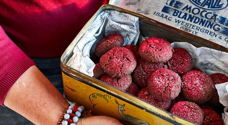 Recept på chokladdrömmar med tranbär. Vackra små kakor, perfekta att ge bort. Tranbärspulver finns till exempel av märket Kung Markatta.