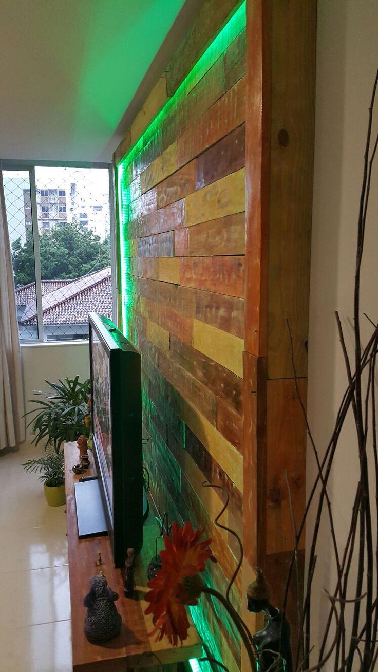 Painel de TV com Madeira de reciclada e borda com fita de led RGB.