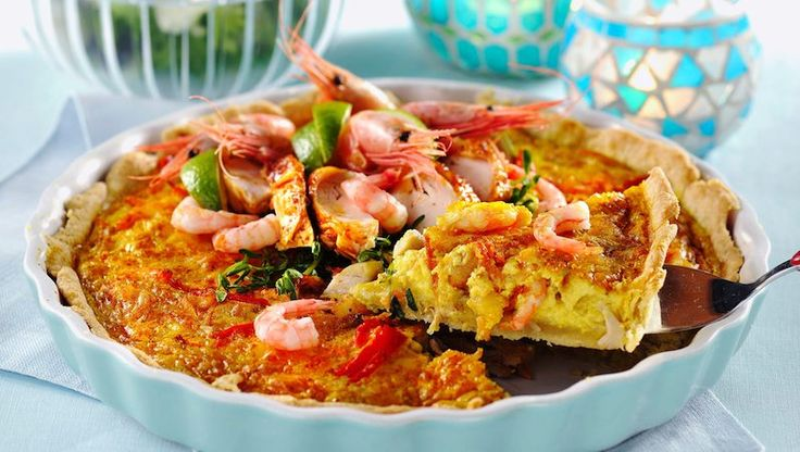 Extra god blir pajen med både kyckling och räkor i fyllningen. Curry sätter fin smak på äggstanningen.