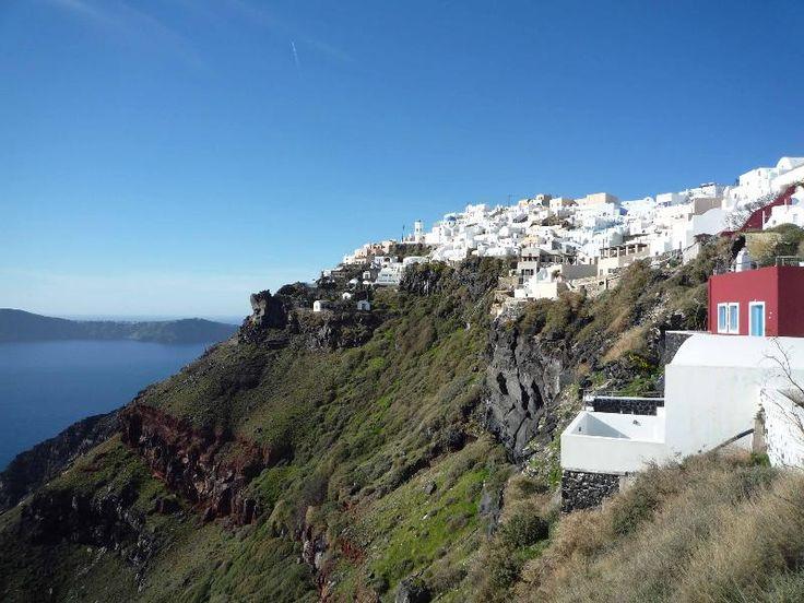 Hara's houses location at Imerovigli, at the edge of the caldera rim!