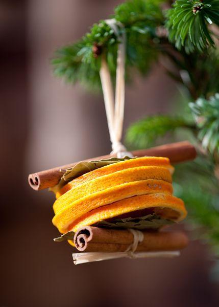 Boule de Noël pas chère avec des oranges séchées, du laurier et des bâtons de cannelle