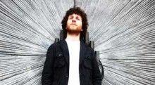 """Volkan Arslan - http://www.kulturelajanda.com/ai1ec_event/volkan-arslan/?instance_id=&http://www.kulturelajanda.com  Volkan Arslan Jolly Joker İstanbul  Sanatçı Volkan Arslan'ın ilk çıkarttığı albümü Kalan Müzik'ten çıkarttı. İTÜ Türk Müziği Devlet Konservatuarı'ndan mezun olan 25 yaşındaki Arslan'ın ilk albümü, Kayde oldu. Albümün adı bir müzik terimi olan """"kaide""""den geliyor. Karadeniz yöresinde kaideye Kayde dendiği için"""