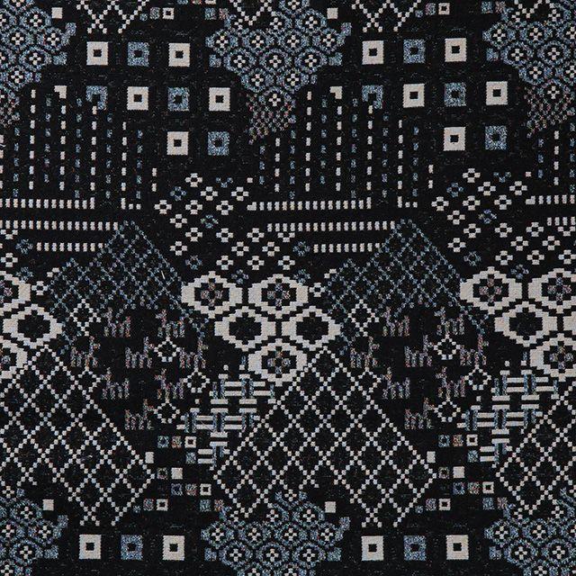 【伝統模様×ゴブラン 黒(中川政七商店)】/ゴブラン織りは古代西アジアやエジプトに起源を持つ綴れ織り。栃木県足利でゴブラン織りを手掛ける最後の一軒となった新庫工業で織りました。市松や花菱などの日本の伝統模様を鹿や木や花のモチーフときりばめ風に配したテキスタイルです。 #japanesetextiles #textile #patterns