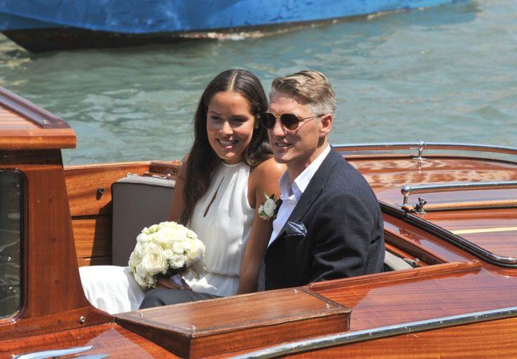 Bastian Schweinsteiger hat in Venedig seine Freundin Ana Ivanović geheiratet. Die Bilder zeigen ein lässiges Paar beim Boote-Klettern.
