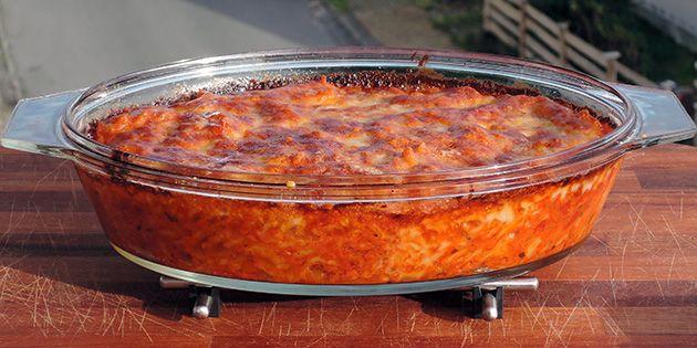 Super skøn hverdagsret med pasta, som bages i ovnen i en lækker blanding af tomatsovs, bacon og ost. Mums!