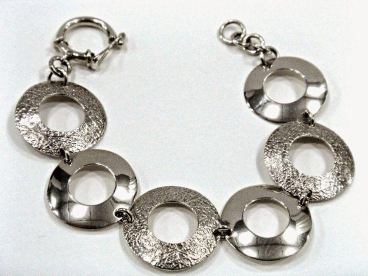 Pulsera de donuts hecha en plata a dos texturas. Silvia Tapia.