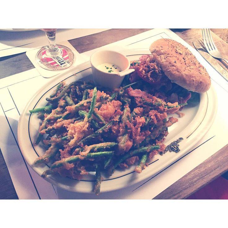 Burger au jambonneau et ses haricots tempura #burger #nouveau #jambonneau #porc #haricot #tempura #grassemiam #grandrue #strasbourg #strasmiam #yummy #miam #manger #bonplan