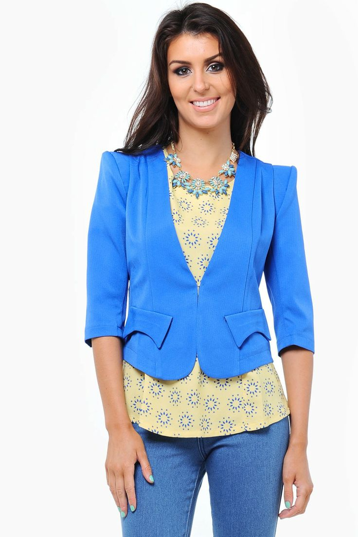 Tailored cropped blazer featuring bold shoulders, fold top pockets to the front and a split vent to the reverse and a single clip fasten. Smarten up any out fit with this wardrobe stable. This tailored blazer creates the perfect silhouette with strong shoulders and a cinched in waist to enhance your curves.