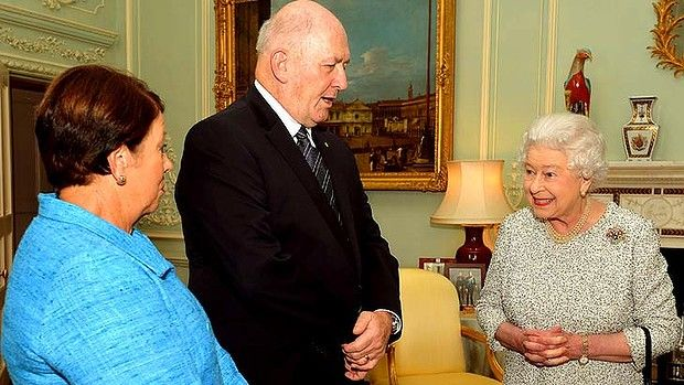 General Peter Cosgrove & his wife meet the Queen.