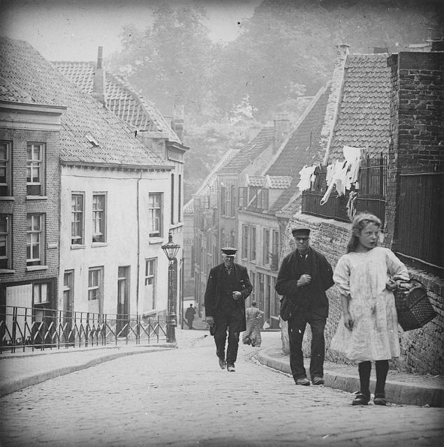 Straatbeeld Vanaf de Ottengas naar beneden richting De Lindenberg, links (achter het hek en de lantaarnpaal) de Steenstraat. Foto uit ca. 1900. In een van de huizen op de Lindenberg (rechts) kwam een tante van mij en haar zloon bij het bombardement van 22 februari 1944