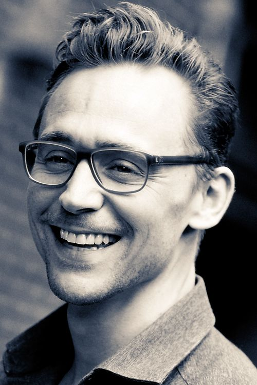 Tom Hiddleston arriving at  The Late Show With Stephen Colbert taping at the Ed Sullivan Theater on October 16, 2015 in New York City. Original photo: http://ww1.sinaimg.cn/large/6e14d388gw1extzio1924j21n526ohdt.jpg Source: Torrilla, Weibo http://ww1.sinaimg.cn/large/6e14d388gw1extzio1924j21n526ohdt.jpg