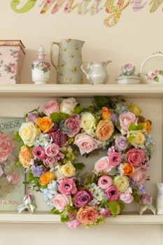 Follow our guide to make this gorgeous heart-shaped wreath for your #wedding day: http://www.weddingandweddingflowers.co.uk/article.php?id=252