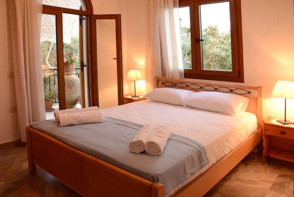 http://www.paxosjennys.gr/ Προσφορά του Jennys Apartments για τον Ιούλιο  Αύγουστο 2014, 60€-70€ το δίκλινο