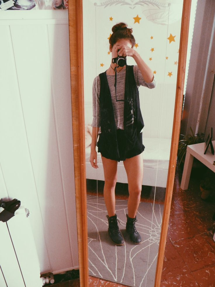 Hey guys! Heres another OOTD i hope you like it!! Shirt: Pimkie Shorts: brandy melville Vest: zara Combat boots: Replay xoxo Connie :P