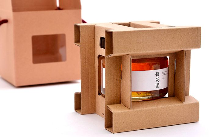 Дизайн иконструкция упаковки меда дляFUNZEN.  Дизайн иконструкцию упаковки меда создал Dirctor Geng Wang. Цель— показать качество сельхозпродукции, которая производится навостоке провинции Fujian.  Упаковка длямеда представляет изсебя целый комплекс упаковок иупаковочных материалов: стеклянная баночка; бумажная крышка баночки; коробка изплоского картона; пластиковые окошечки вкоробке; веревочные ручки.  http://amp.gs/8LUb