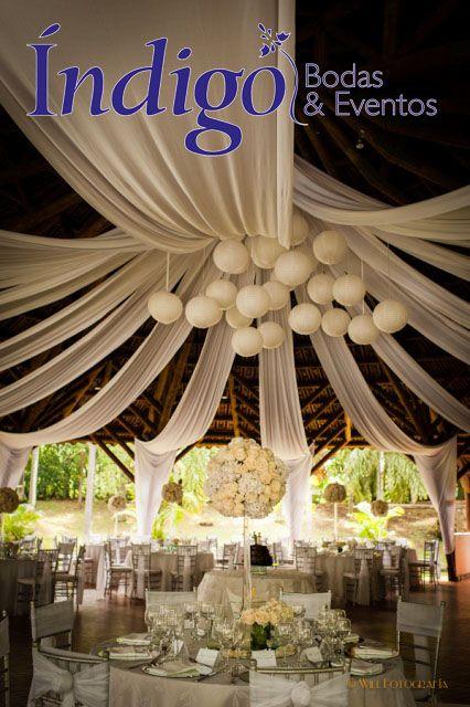 Boda campestre, con velos en techo y globos chinos, centros de mesa altos con hortensias y rosas blancas. #DecoraciónBodas #BodaÍndigo http://www.indigobodasyeventos.com
