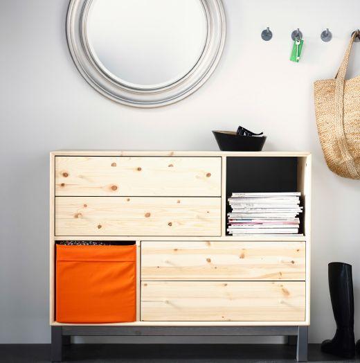 Cómoda IKEA com quatro gavetas e dois compartimentos de pinho. Espelho e ganchos por cima.