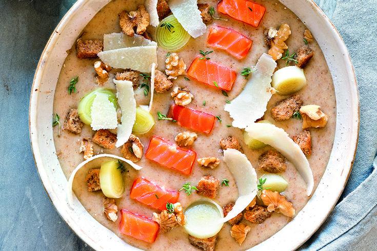 Zuppa di pane nero e porri con salmone affumicato