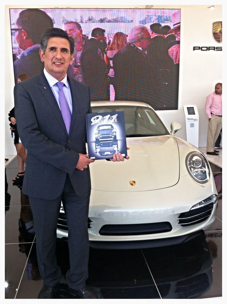 Francisco Torres, Director General de Porsche México, presentando el libro homenaje 50 Años del NUeveonce.
