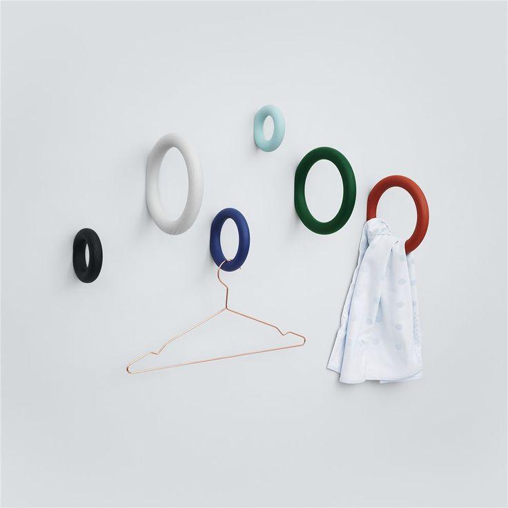 De HAY Gym Hook M doet denken aan de ringen in de gymzaal! Voor deze ringen hoef je niet sportief te zijn, maar wel creatief! De Gym Hook is een originele wandhaak. Bijzonder leuk om een kledinghanger aan te hangen!
