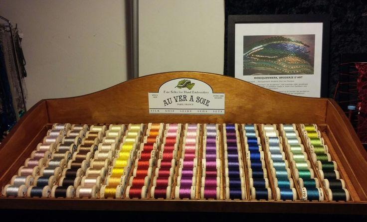 in het atelier zijn veel materialen en gereedschappen te koop voor broderie d'art, borduren en vilten, zoals dit assortiment zijden perlegaren van Au ver a soie