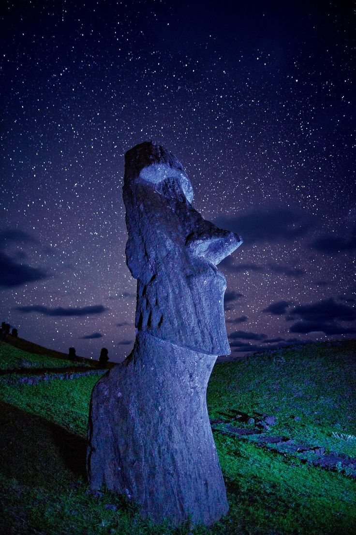 Isla de Pascua · National Geographic en español. · Grandes Viajes. Moáis  Estas enigmáticas figuras tienen más de mil años, pesan entre 20 y 40 toneladas. Se cree que las de Tongariki tenían una función astronómica.
