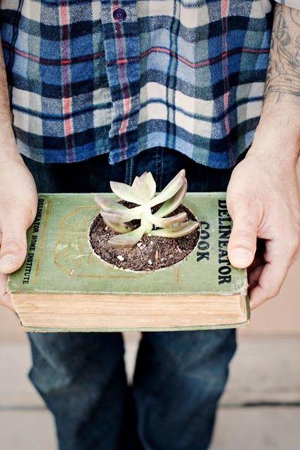 Занятная идея декора - старые книги как цветочные горшки ~ Дизайн красивых интерьеров и вещей