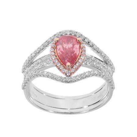 A gyémánt gyűrű központi köve egy 0,96 ct karátos VS1 (HPHT) fancy élénk rózsaszín gyémánt. A 18 karátos fehér arany gyűrű oldalán levő fehér gyémántok összesen 0,60 karátosak.