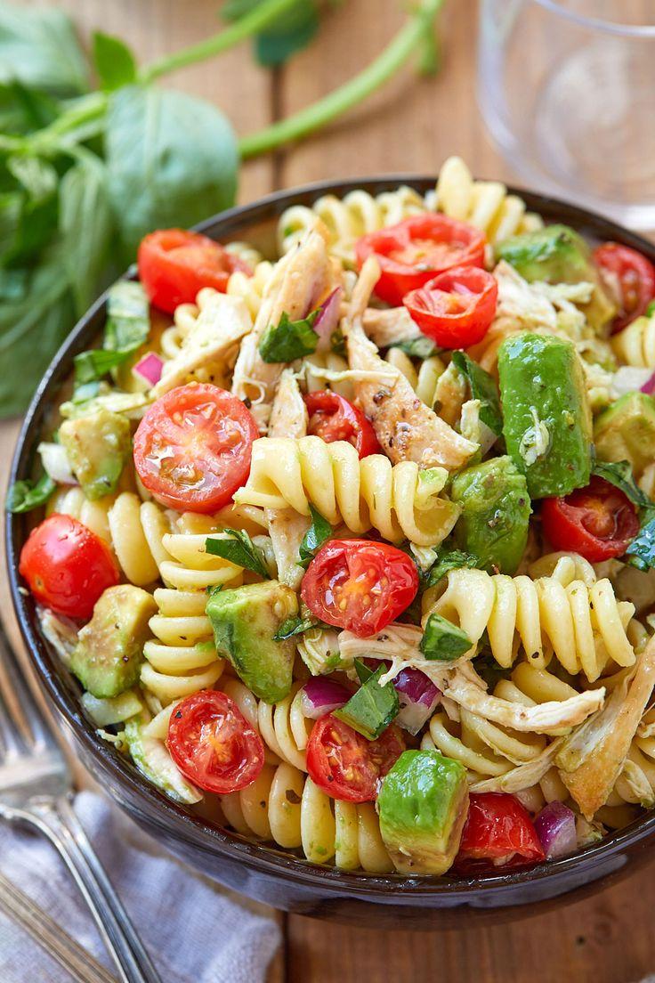 Gesunder Hühnernudelsalat mit Avocado, Tomate und Basilikum