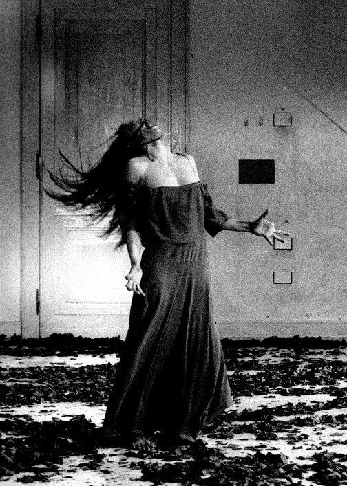 """""""o que me interessa não é como as pessoas se movem, mas sim, o que as move"""". Pina Bausch  Pina Bausch dancing"""