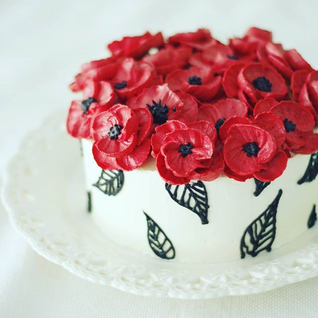 """""""In Flanders fields the poppies blow Between the crosses, row on row..."""" - John McCrae.  Remembering the fallen🙏#LestWeForget #Remembranceday #Veteransday #poppies #makefabulouscakes"""