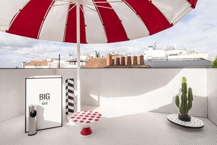 La Oficina de Alicia | Casa Decor 2017   La magia de esta terraza reside en la sorpresa, el contraste y el juego de la imaginación. Hisbalit es el encargado de vestirlo con su colección Unicolor 103A en formato redondo y acabado mate.