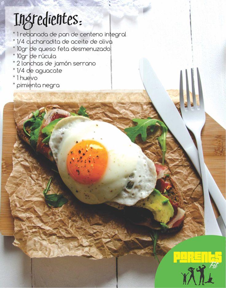 Hornea a 200°C por 8 a 10 minutos el pan de  centeno cubierto con el aceite de oliva, añada una pizca de pimienta negra y espolvoree el queso. Una vez sacado el pan del horno, ubique el resto de los ingredientes: rúcula, jamón, aguacate, el huevo (a la plancha) y agregue una pizca de sal.