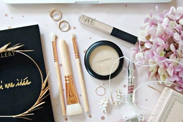 Nars concealer, MAC highlighter, Zoeva rosegold brushes, benefit gimme brows makeup flatlay
