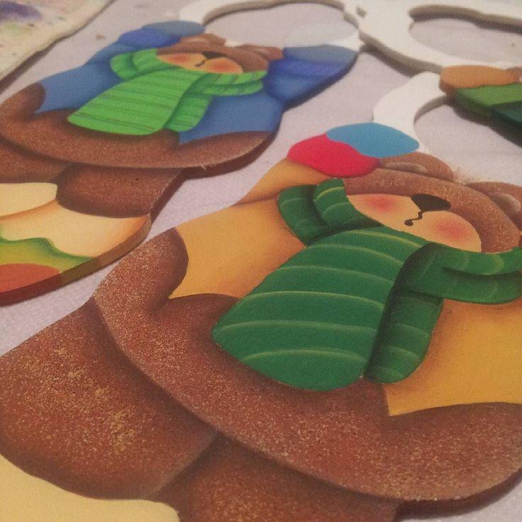 Trabajando en éstas bellezuras de #picapuertas o #colgapuertas navideños. Pronto disponibles!  #mdf #pintura #pinturacountry #diseñoartesanal #artesania #diseño #artesanal #artesanato #hechoenmérida #hechoenvenezuela #hechoamano #manualidades #decoración #Mérida #Venezuela #igersmérida #igersvenezuela #handmade #cute #meridapreciosa #creatividad #crafts #ideas #tw